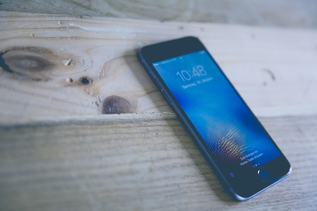 mobilní telefon na stole