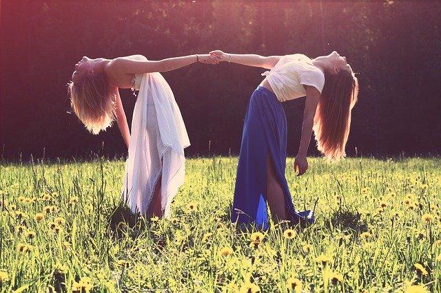 dvě ženy na louce